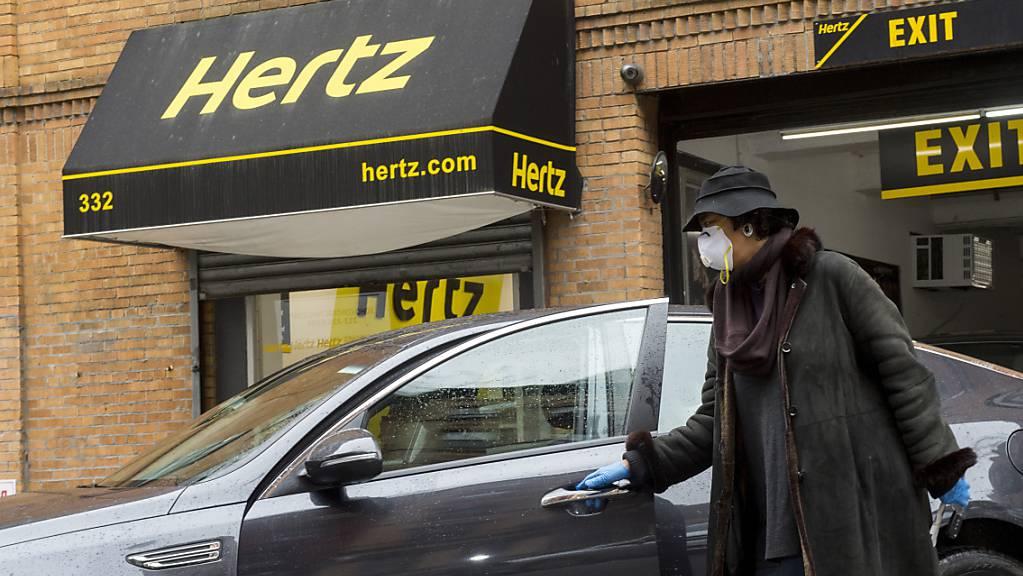 Die Coronavirus-Pandemie hat den US-Autovermieter Hertz schwer getroffen - nunmehr steht die Insolvenz ins Haus. (Archivbild)