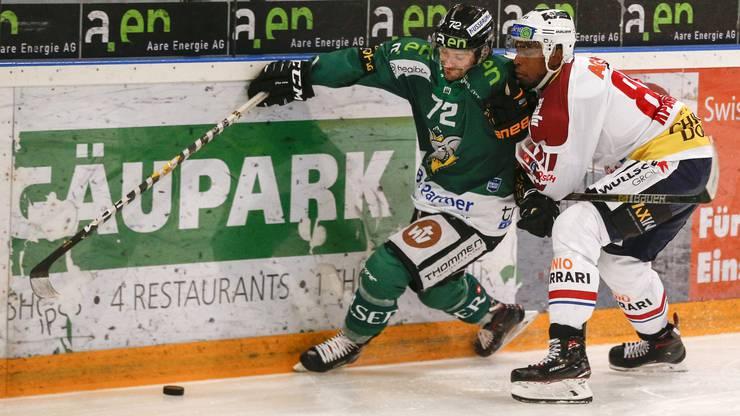 EHC Olten - Ticino Rockets: Clarence Kparghai drängt seinen Freund Diego Schwarzenbach im September-Spiel ab - nun sind sie wieder vereint.