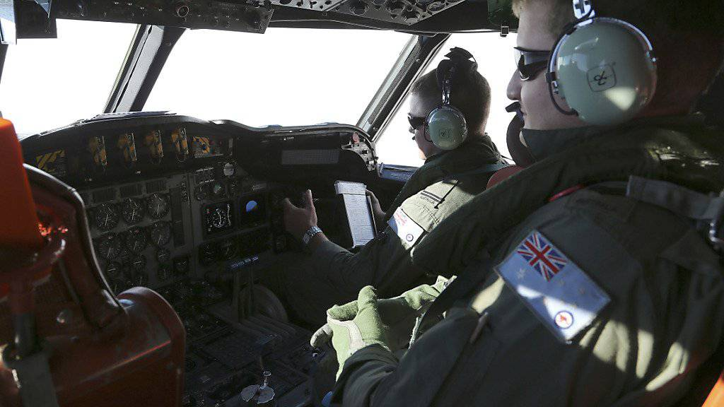 Eine australische Militärmaschine fliegt über das mutmassliche Absturzgebiet von MH370. Die Suche nach Trümmern im Wasser blieb ohne Erfolg. (Archivbild)