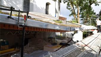 Das Dach des Foyers wölbt sich über die darunter gelegene Treppe, dem neuen Eingang ins Künstlerhaus.