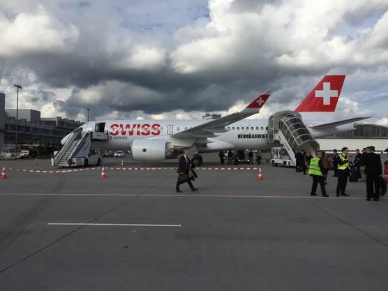Der Bombardier-Testjet der CSeries in den Farben der Fluggesellschaft Swiss auf dem Flughafen Zürich im Juni 2016.