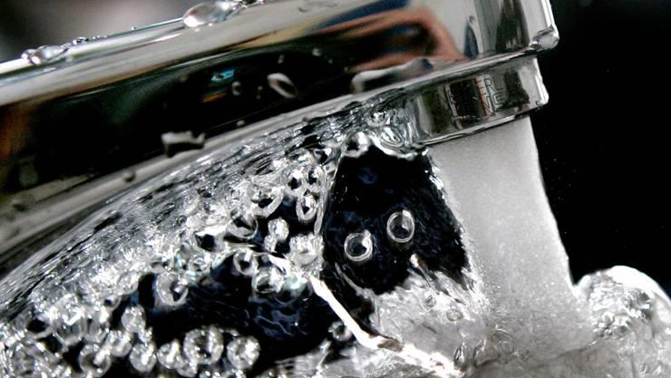 Schwimmen im Trinkwasser winzige Plastikteilchen? Eine Studie deutet darauf hin, wird aber von Experten stark angezweifelt. (Themenbild)