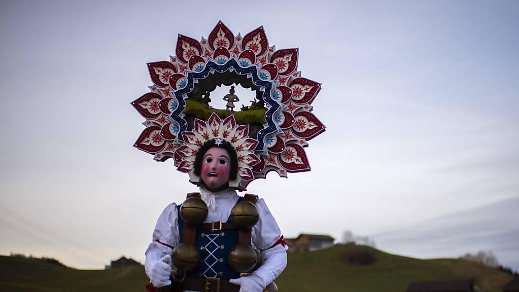 Sie tragen immer Masken - trotzdem müssen die Silvesterchläuse wegen der Coronapandemie auf ihren Brauch verzichten. Die Ausserrhoder Polizei kündigte für den Alten Silvester (13. Januar) Kontrollen an (Archivbild).