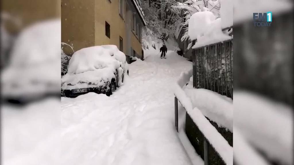 Hier brettert unser Reporter mit den Ski durch die Stadt