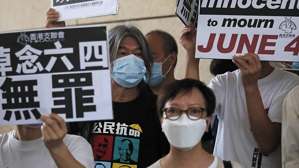 Die teils prominenten Aktivisten, darunter auch Wong und Lai, gehören zu den mehr als zwei Dutzend Personen, die vor dem Gericht protestieren, nachdem sie im Sommer wegen der Teilnahme an einer illegalen Versammlung angeklagt worden waren. Foto: Kin Cheung/AP/dpa