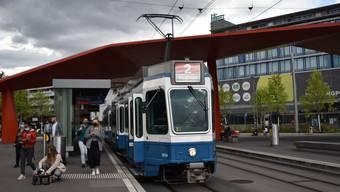 Das 2er-Tram im Schlieremer Zentrum. Das 2er-Tram fährt nun seit rund einem Jahr durch das Zentrum. Aufgenommen am 31. August 2020.