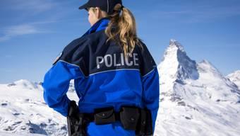 Frauen haben bei der Polizei grundsätzlich die gleichen Laufbahnmöglichkeiten wie Männer, auch bei Spezialeinheiten wie der Bergpolizei im Kanton Wallis. Im Bergkanton sind in diesem Jahr 42 Prozent der Aspiranten weiblich. (Archiv)