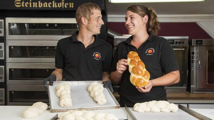 Das Ehepaar produziert in der hofeigenen Backstube Zöpfe für den Wettbewerb der Schweizer Regionalprodukte.