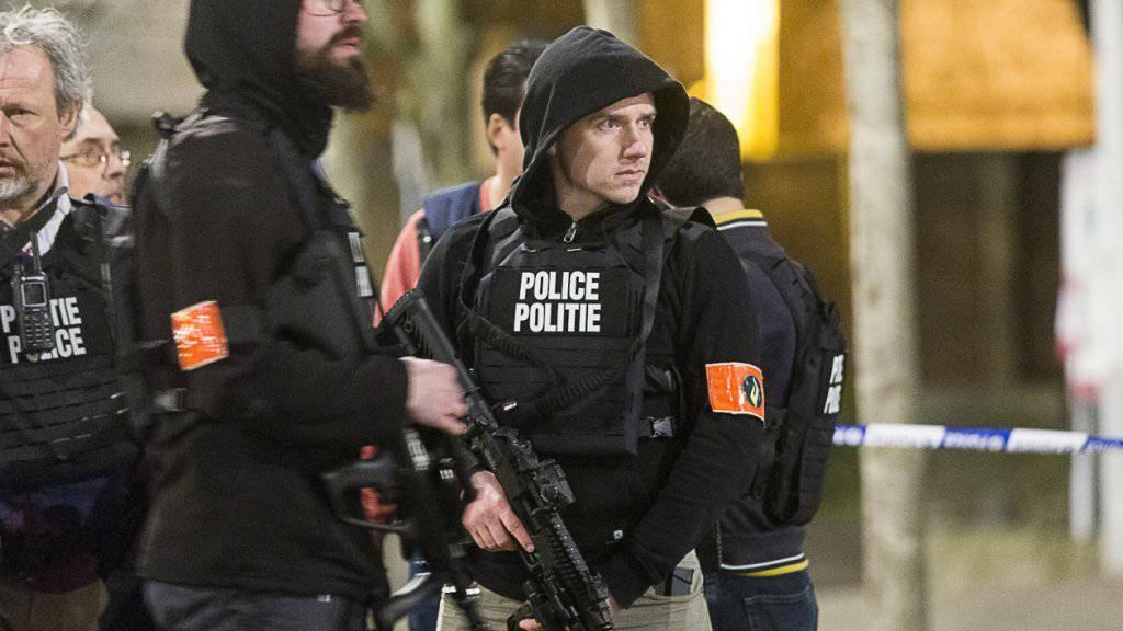 Der Einsatz ist noch nicht zu Ende: Belgische und französische Spezialkräfte suchen auch am Mittwoch nach zwei Verdächtigen. Eine Person war am Vortag erschossen worden.