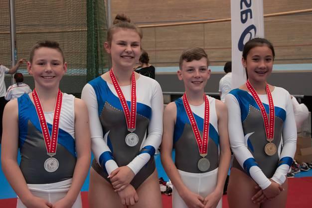 von links nach rechts: Dario Geissmann mit Silbermedaille (U15 National Boys), Jara Huber mit Silbermedaille (National B Ladies), Janis Graf mit Goldmedaille (U15 National Boys) und Alexandra Lagler mit Bronzemedaille (U15 National Girls)