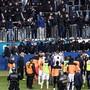 Nicht einmal die Spieler des Grasshopper Clubs vermochten die Horde pöbelnder Fussballfans am vergangenen Sonntag zu besänftigen. Nun hat der FC Luzern, in dessen Stadion das Spiel stattfand, Strafanzeige eingereicht. (Archivbild)