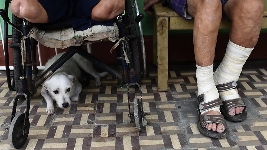 ARCHIV - Leprapatienten sitzen in einem Gang des Curupaiti-Krankenhauses. In Japan leiden noch heute einstige Lepra-Kranke unter gesellschaftlicher Stigmatisierung und Diskriminierung. Foto: Fabio Teixeira/dpa