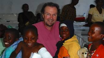 Ein- bis zweimal pro Jahr reist der plastische Chirurg Robert Oellinger mit einem Team nach Tosamaganga und operiert Menschen, deren Körper entstellt sind. zvg