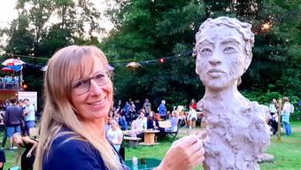 Künstlerin Beatrix Motsch bearbeitet eine Tonskulptur.