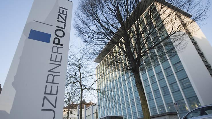 Laut der Luzerner Polizei gab es am Freitagabend im Kolonnenverkehr auf der A2 in Luzern eine Kollision mit mehreren Fahrzeugen. (Symbolbild)