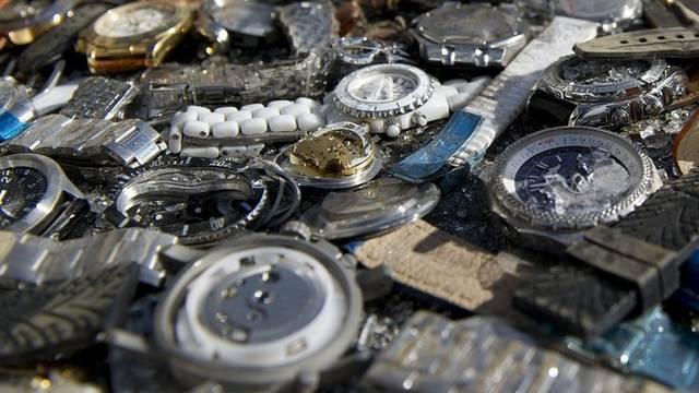 Gefälschte Uhren kurz vor dem Shreddern (Symbolbild)