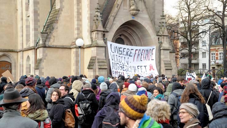 Die unbewilligte Kundgebung vor der Matthäuskirche wurde von der Polizei mit Gummischrot aufgelöst