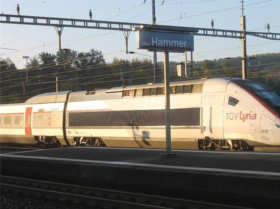 Der beschädigte TGV gestern Dienstag im Bahnhof Olten Hammer.