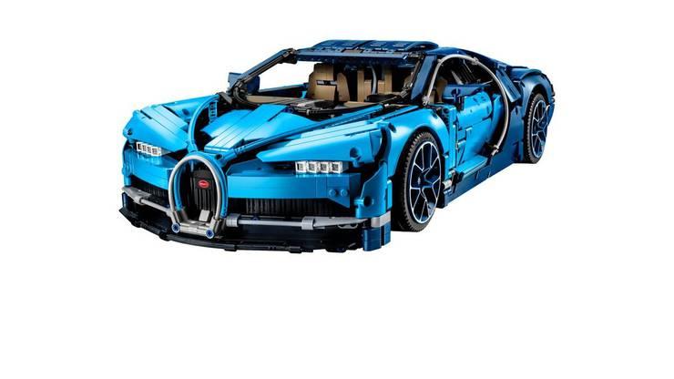 Deutlich länger anhaltenden Bastelspass bietet der Bugatti Chiron von Lego. Der blaue Renner ist aus 3599 Einzelteilen zusammengesteckt und bietet einen originalgetruen, beweglichen Motor und ein Doppelkupplungsgetriebe mit sieben Gängen, das sich wie beim Original schalten lässt. Damit bietet der Lego-Bugatti nicht nur stundenlangen Bauspass, sondern auch einen gewissen Lerneffekt. Allerdings braucht das fertige Modell mit 14cm höhe, 56 cm Länge und 25cm breite auch viel Platz in der Sammelvitrine. Der Bausatz ist für Lego-Bastler ab 16 Jahren geeignet. Er ist Online oder im Fachhandel erhältlich - mit, je nach Anbieter, mindestens 359 Franken ist er allerdings ein kostspieliges Vergnügen.