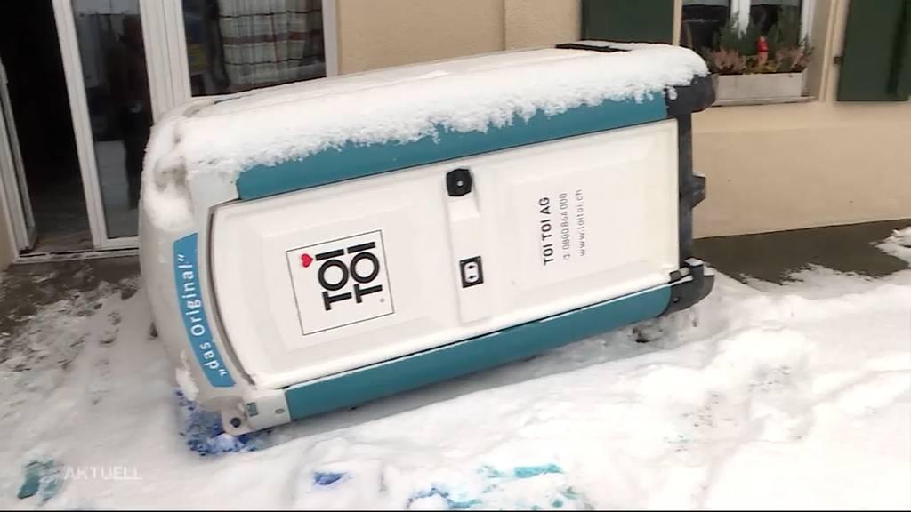 Vandalismus in Bärenwil: Vier Personen verursachten mit «TOI TOIs» eine Sauerei