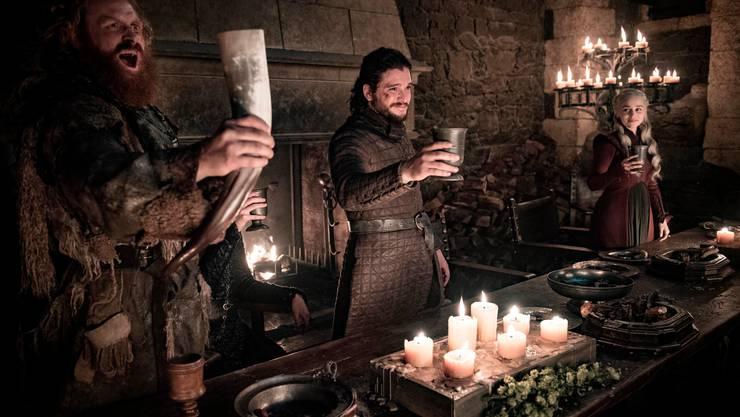 Hier sind nur Trinkhörner und mittelalterlich anmutende Becher in der Serie «Game of Thrones» zu sehen. In einer anderen Einstellung war jedoch kurz ein Coffe-to-go-Pappbecher im Bild. Von links: die Schauspieler Kristofer Hivju, Kit Harington und Emilia Clarke.
