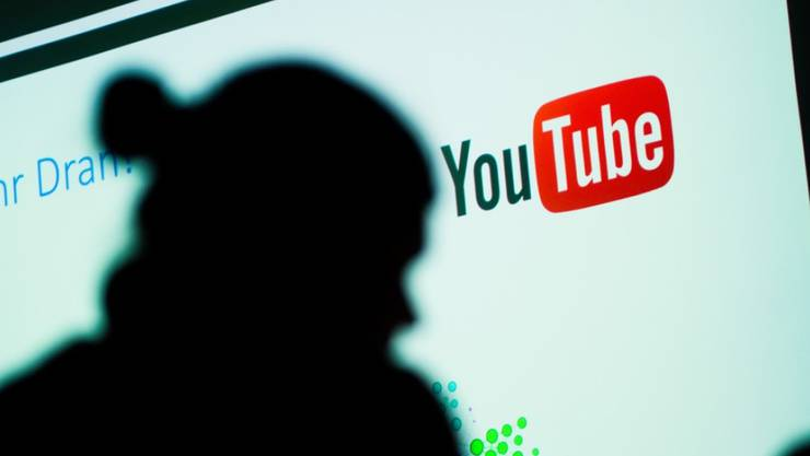 Das Foto zeigt einen Schatten vor einem Logo von YouTube. Gegen den Youtuber Leon Machère begann am 7. Mai 2018 in Augsburg ein Prozess. Er muss wegen Beleidigung von Polizisten 32'500 Euro zahlen. (Archiv)