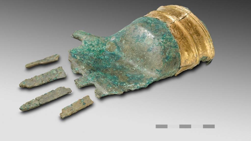 """Die """"Schatzsucher"""" stiessen mit ihrem Metalldetektor im Herbst 2017 auf diese 3500 Jahre alte Bronzehand. (Archivbild)"""