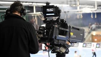 Ein Bild, das es so in der neuen Saison vorläufig nicht mehr zu sehen geben wird: «MySports»-Kameramann in der Schachenhalle.