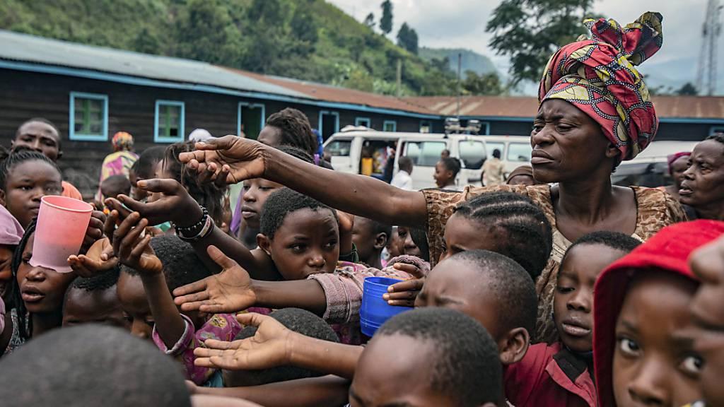 Menschen, die aus Goma geflohen sind, versammeln sich an einer Lebensmittelverteilungsstelle in Sake, wo sie Unterschlupf gefunden haben. Foto: Moses Sawasawa/AP/dpa