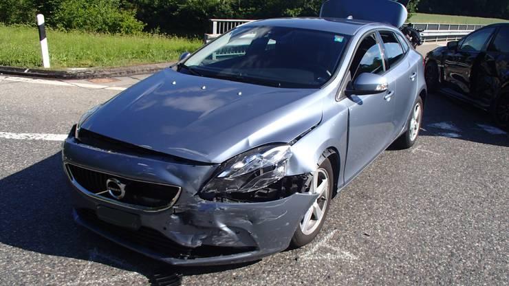 Auch das Auto der Volvo-Fahrerin ist massiv in Mitleidenschaft gezogen worden.