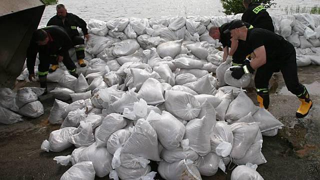 Mit unzähligen Sandsäcken wird gegen die Fluten angekämpft