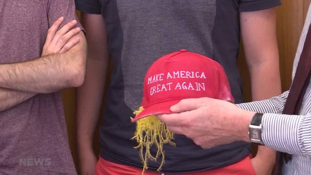 JUSO übergibt Trump-Mütze mit Trump-Frisur an Berner Regierung
