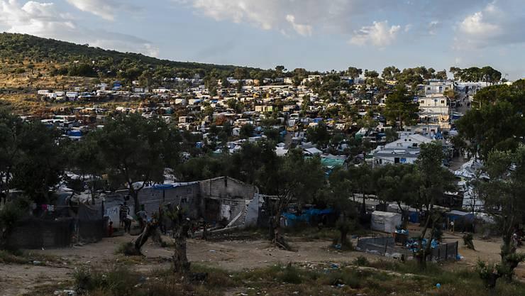 ARCHIV - Blick auf das Flüchtlingslager Camp Moria und angrenzende Behelfslager auf der griechischen Insel Lesbos. Foto: Angelos Tzortzinis/DPA