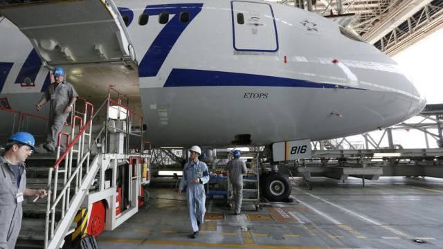Wartungsarbeiten an einem Beoing-Dreamliner in Tokio (Archiv)