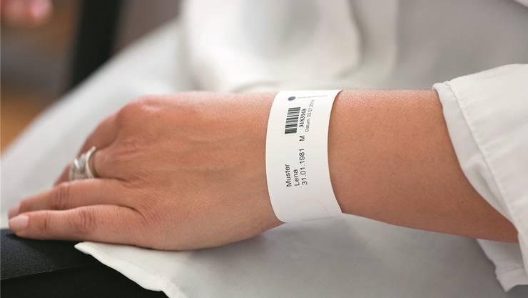 Das Patienten-Identifikationsarmband wird in den Aargauer Kantonsspitälern ab nächstem Jahr zum Standard. zvg