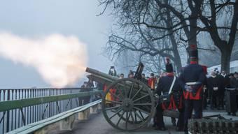 Drei Artilleriegeschütze schossen je 23 Mal in die Luft
