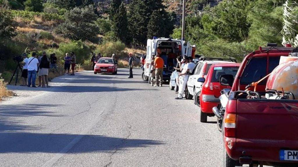 Behördenvertreter und Einwohner versammeln sich in der Nähe des Ortes auf Ikaria, wo die Leiche der britischen Wissenschaftlerin gefunden wurde.