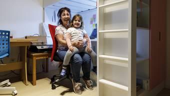 Wenn sie nicht bei Patienten ist, arbeitet die Pflegerin im Homeoffice in Oberdorf. Hier ist sie mit ihrer Enkelin zu Hause.