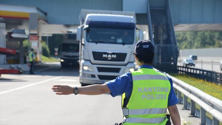 Nächster Halt «Wohlfühlbrücke»: Kantonspolizistin Knechtli weist einen deutschen Chauffeur ein.