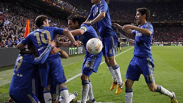 Geschafft! Die Chelsea-Spieler liegen sich in den Armen.