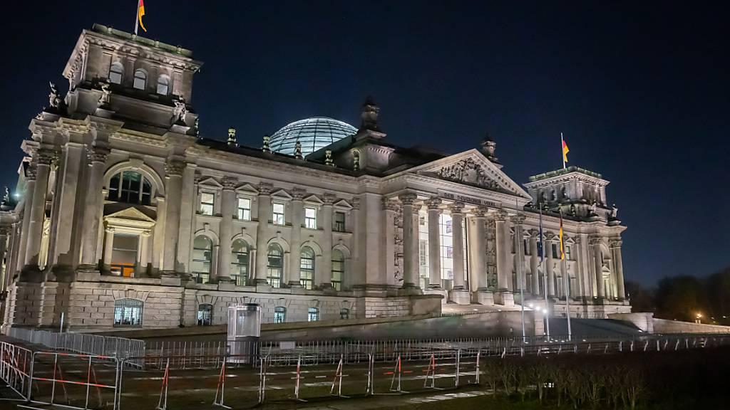 Das Reichstagsgebäude in Berlin bei Nacht. Im Machtkampf um die Kanzlerkandidatur sind der CDU-Vorsitzende Armin Laschet und CSU-Chef Markus Söder zu einem Treffen zusammengekommen. Foto: Christoph Soeder/dpa