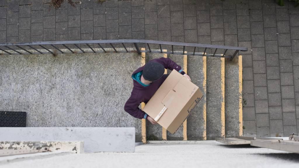 Ein junger Mann zieht von zu Hause aus. In Balkanländern passiert das relativ spät, in Skandinavien früh. In der Schweiz lebt jeder/r Sechste im Alter von 25-34 Jahren noch im Elternhaus. (Symbolbild)