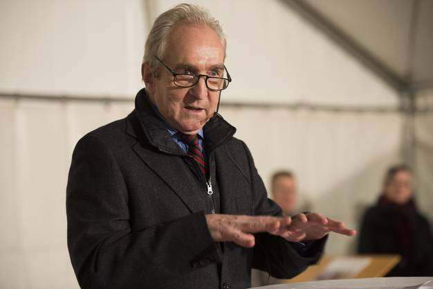 Ludwig Hasler bei der Ansprache auf dem Wettinger Zentrumsplatz