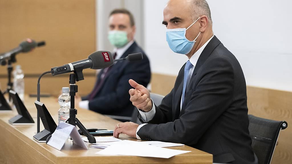 Bundesrat Alain Berset (rechts) und der Aargauer Regierungsrat Jean-Pierre Gallati an der Medienkonferenz in Aarau.