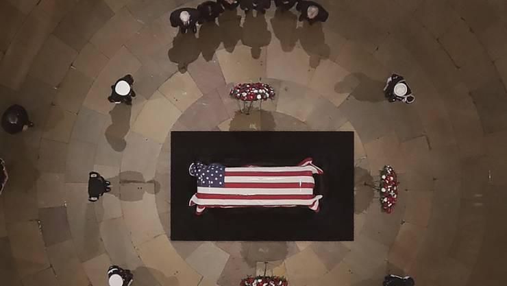 Der Leichnam des ehemaligen US-Präsidenten George H.W. Bush wurde im Kapitol aufgebahrt. Dort können sich die Bürger bis Mittwoch vom 41. Präsidenten der USA verabschieden. (Foto: Morry Gash / EPA POOL)