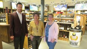 Freuen sich auf die Neueröffnung der Schüwo-Filiale in Berikon am Montag: Adrian Schürmann (Leiter Marketing) sowie die Mitarbeiterinnen Gertrud Seiler und Claire Christen (von links).