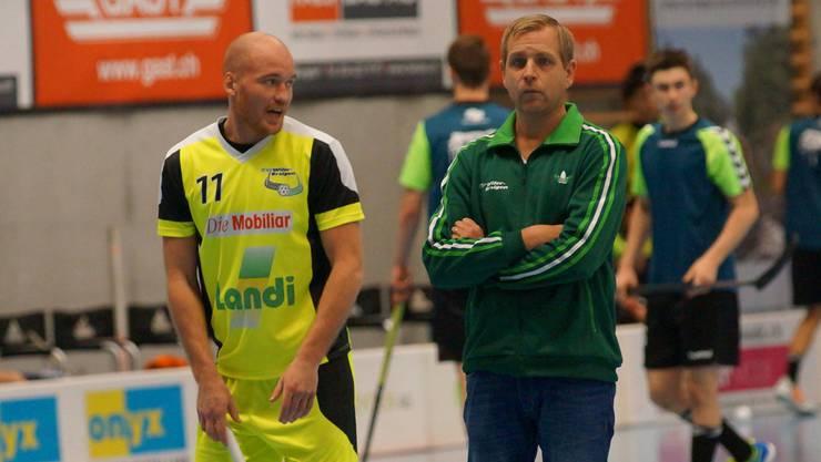 Grüblerisch: Wilers Trainer Johan Schönbeck (r.) muss die Offensive umbauen – Verteidiger Henrik Olofsson (l.) könnte vorn zum Einsatz kommen.