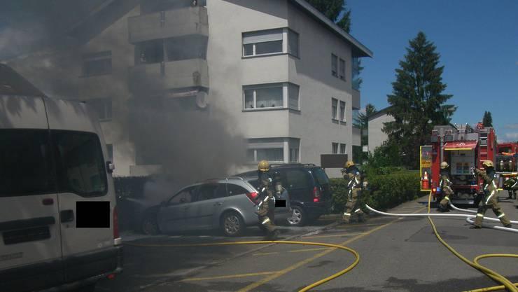 Die Feuerwehr löschte den Brand an der Hecke und den Fahrzeugen.
