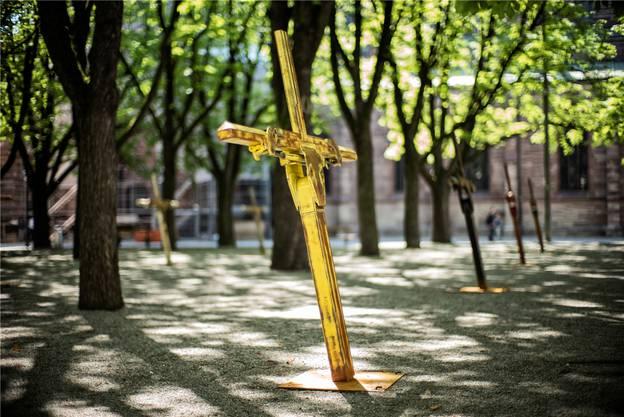 Nate Lowmans Kreuze aus Autowrackteilen machen den Platz unter den Kastanienbäumen zum Zivilisationsfriedhof.