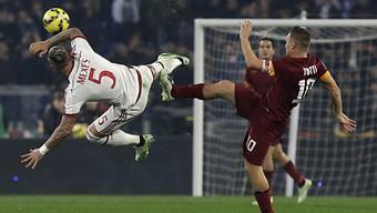Zweikampf zwischen Milans Mexes (l.) und Romas Totti